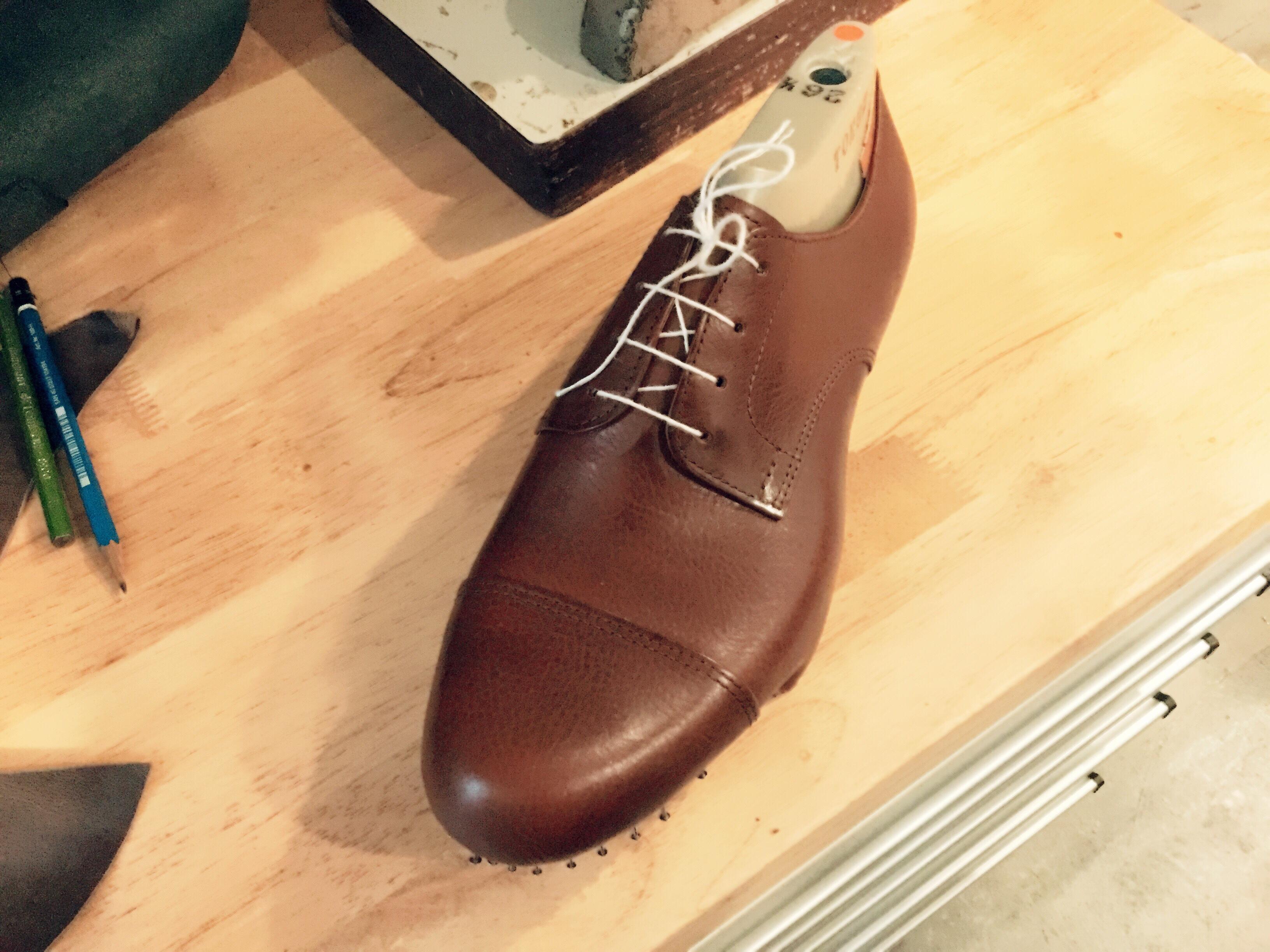 オーダー靴を作りながら修理をする